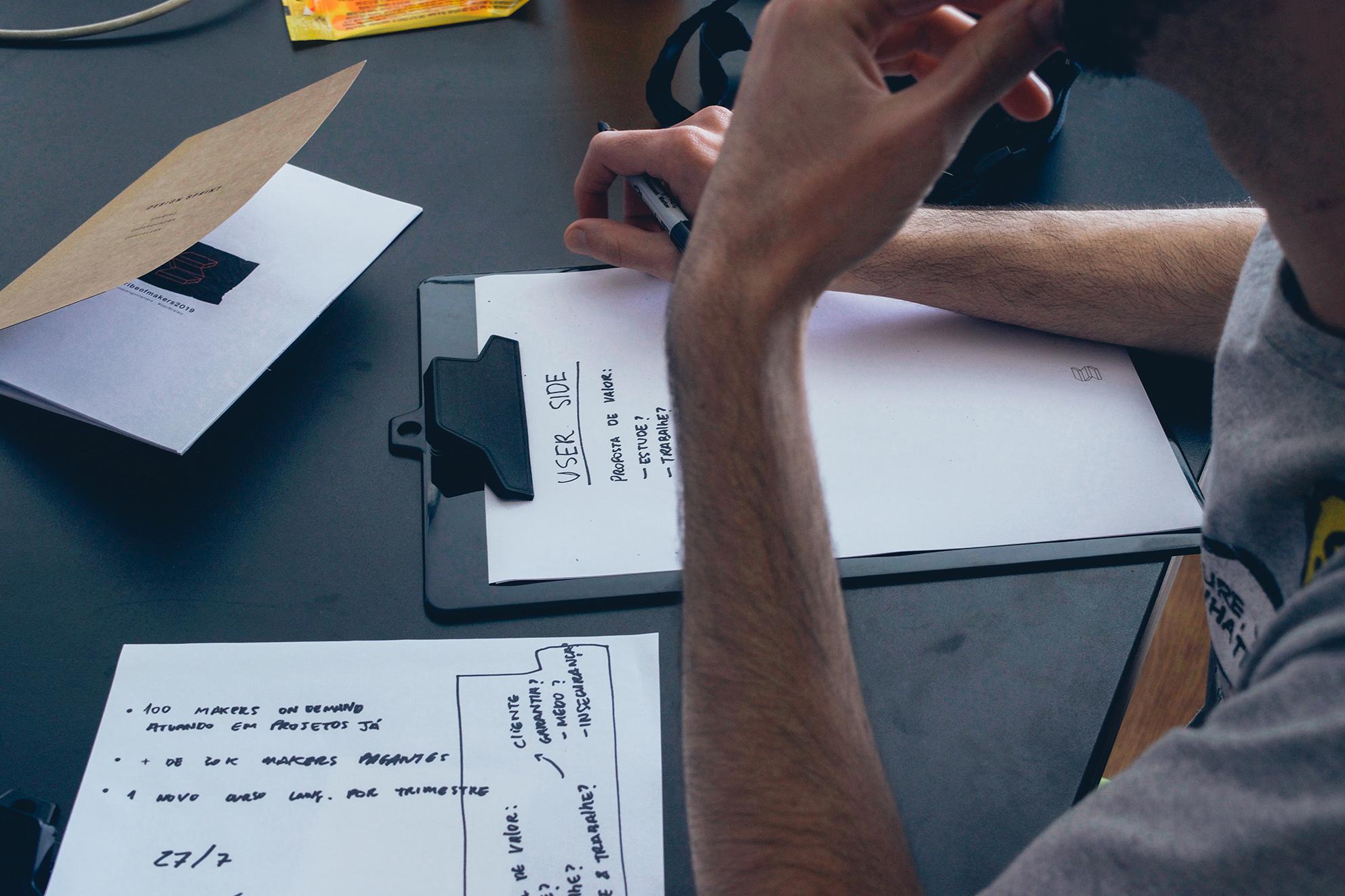 بررسی رفتار کاربر در طراحی تجربه کاربری